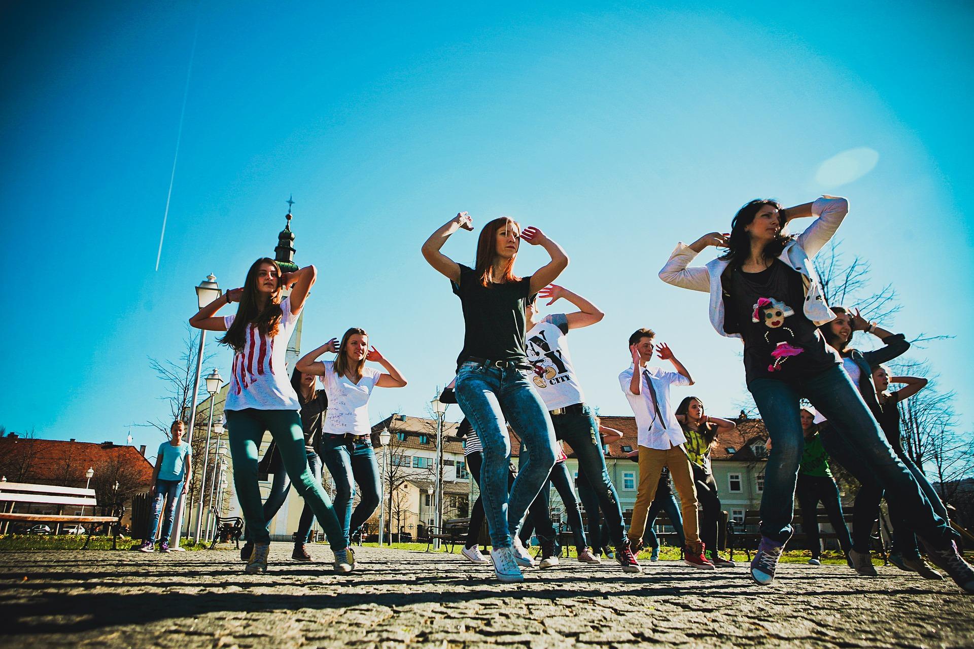 dancing-632740_1920